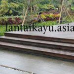 Pemasangan decking kayu yang sudah di finishing
