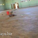 Memasang Lantai Kayu di GOR Sekolah Tinggi Nusa Dua – Bali