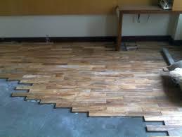 Cara mengatasi lantai kayu kusam dan bergores