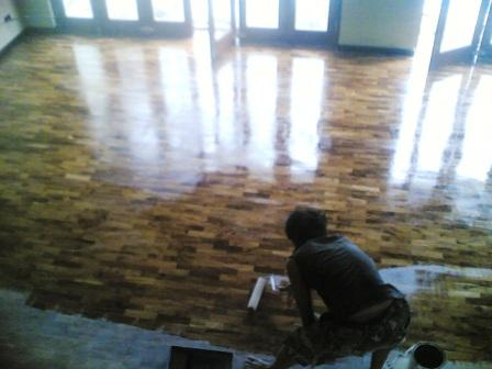 Percantik Ruang Tamu Dengan Lantai Kayu