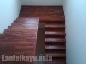 proyek pemasangan papan tangga