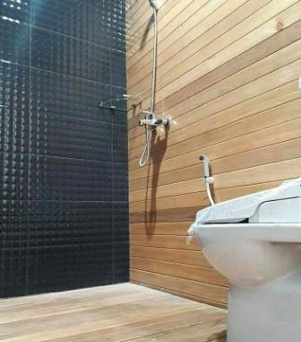 lantai kayu kamar mandi