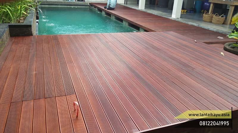Contoh pemasangan lantai kayu bengkirai samping kolam