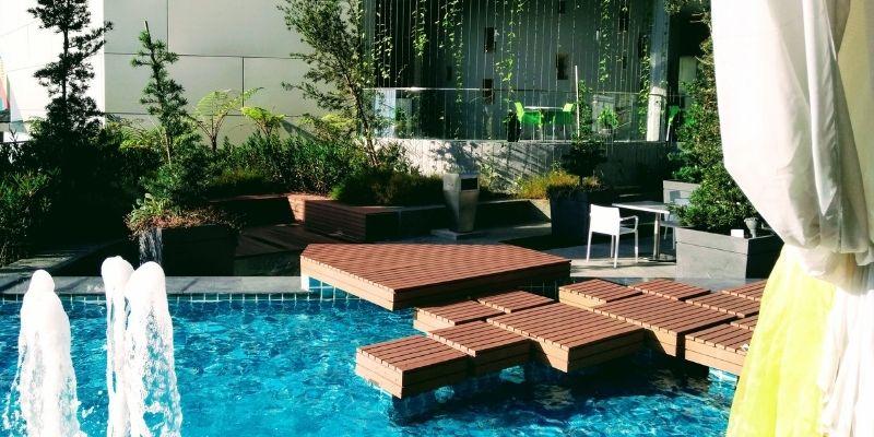 jenis decking terbaik untuk samping kolam renang