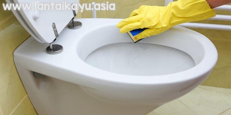 memberishkan kamar mandi