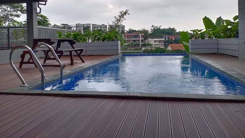 Pemasangan Lantai kayu outdoor samping kolam renang
