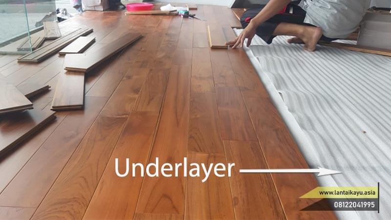 pemasangan lantai kayu solid coating menggunakan underlayer