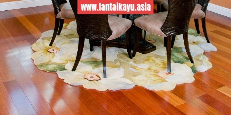 menggunakan lantai kayu merbau
