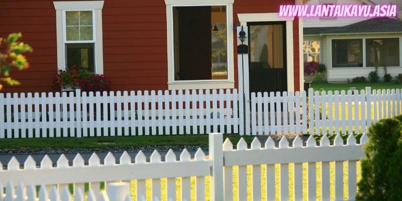 10 Model Pagar Kayu Minimalis Untuk Rumah - pagar kayu putaran kotak putih
